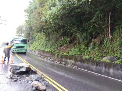 88宜蘭強震》蘇花公路東澳段落石 緊急清除恢復雙向通行