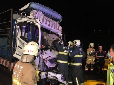颱風夜不平靜!竹北大貨車與客運追撞 1死3傷