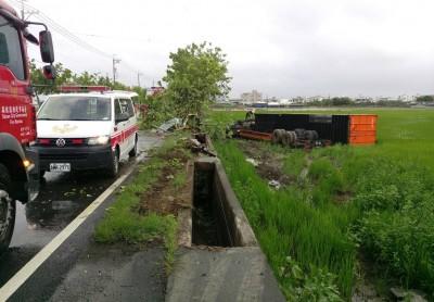 貨櫃車「犁田」壓扁車頭 司機成泥人幸運獲救