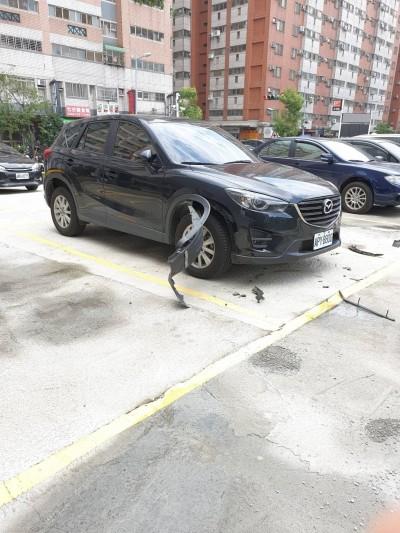 車子慘遭拆毀 警方通知車主:兇手是「3隻野狗」