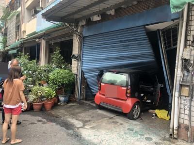 鳳山轎車撞進早餐店 女駕駛無呼吸心跳送醫急救