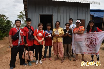 醫大生入柬國訪家戶用藥 助偏鄉建立衛教治理