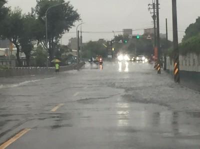 強降雨積水多輛汽車拋錨 中市區警戒