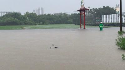 台中豪雨》道路、農田淹成汪洋 盡責郵差落水、機車滅頂