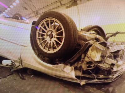 影片曝光!隧道超車失控  轎車360度驚悚大翻車