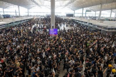 反送中》香港機場將清場?旅客被要求儘速離開 網路中斷