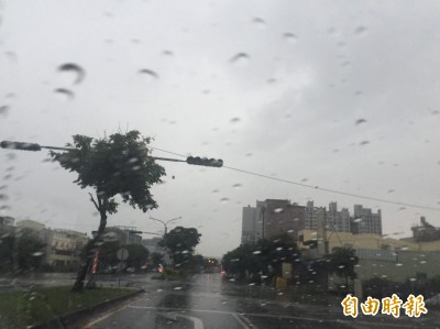 清晨大雷雨 雲林多鄉鎮一級淹水警戒、斗六市區道路積水