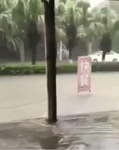 淹水驚見「快餐」漂漂河 網笑:不錯的宣傳