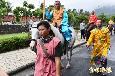 恆春驚見皇帝給民眾牽馬奇景 民笑:「騎馬遊城展現台灣民主!」