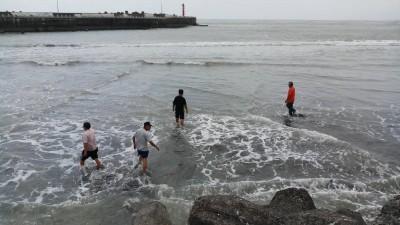 鬼月練輕功水上漂? 這個漁港淤沙多到變沙洲…
