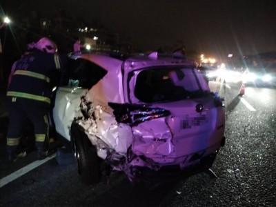 國道1號深夜3車追撞 1男1女受傷送醫