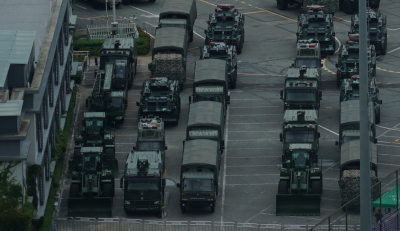 反送中》中國武警大量集結深圳 水砲車、堆土機清晰可見
