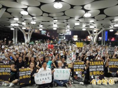 反送中》沉默的支援 300在台港生與台灣民眾高雄車站靜坐