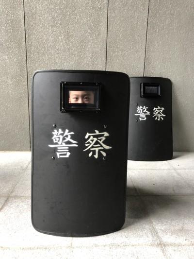 反送中》「盾牌男孩」向香港「盾牌少女」致敬 警方:永遠擋在民眾前面