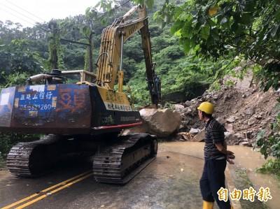 大雨直下 雲林山區坍方大石擋道封路