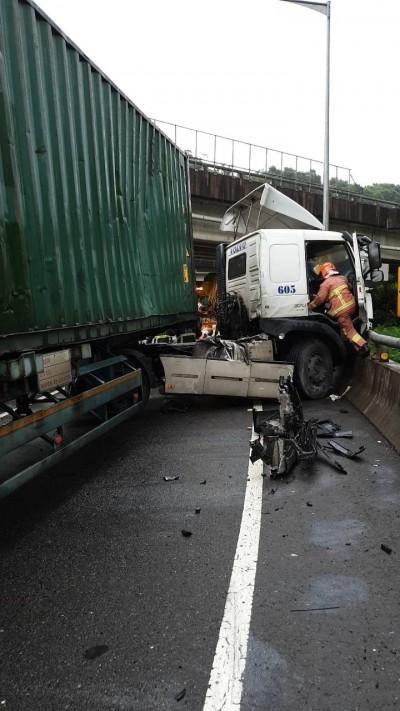 疑下交流道失速 聯結車撞護欄 1人受傷