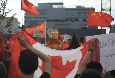 溫哥華「港加同心」挺港人 中國人開法拉利掛五星旗對嗆