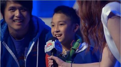 史上首次!台灣10歲男孩奪寶可夢世界冠軍 全程披國旗應戰