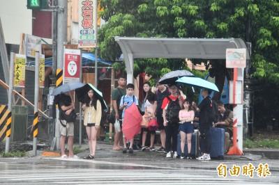 週三各地持續降雨 颱風「白鹿」最快明日生成