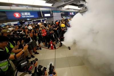 反送中》元朗和平集會變警民對峙 港警祭出胡椒噴霧