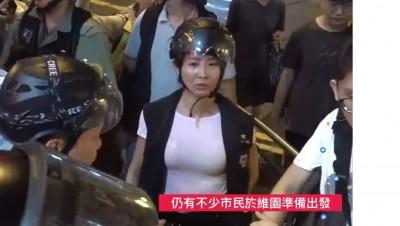 女港警帶「胸器」上街爆紅 辣模不甘示弱「用奶救港」