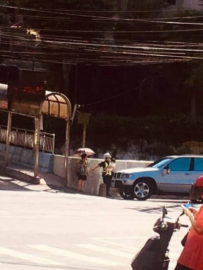 女警抱哭鬧小孩處理交通事故 網友笑讚:真的是人民褓姆啊!