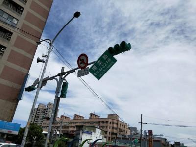 白鹿狂吹道路指示牌搖搖欲墜 平鎮巡邏警通報處理