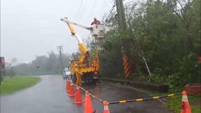 白鹿登陸恆春半島一度造成5600多戶停電  台電冒雨搶修