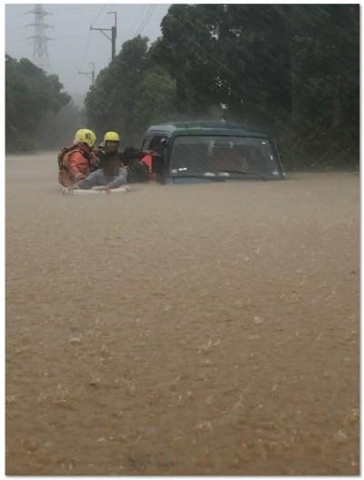 台東鹿野五十戶路積水逾半輛車高  廂型車強行通過4人受困