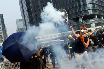 反送中》網球王子是你?示威者拿球拍回擊催淚彈