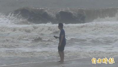 颱風遠颺 金門仍見遊客冒巨浪涉險戲水