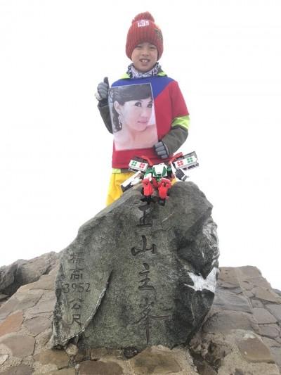 想更靠近天國的媽媽 8歲童攜母親遺照攀登玉山