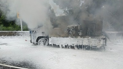 工程車國道突竄大火 駕駛跳車急搬瓦斯下車…