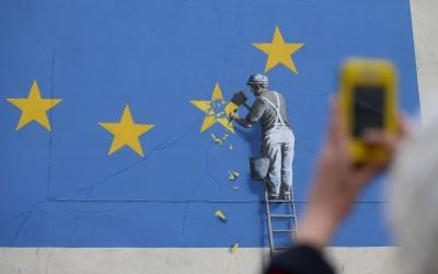 工人鑿掉歐盟星諷刺脫歐 班克斯知名壁畫離奇消失