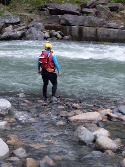 烏來6歲童溪邊失蹤 父含淚穿救生衣加入搜索