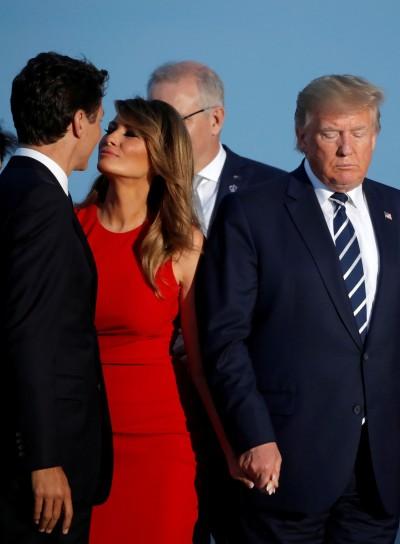 更勝十指緊扣!梅蘭妮亞不顧川普 獻吻帥哥總理?