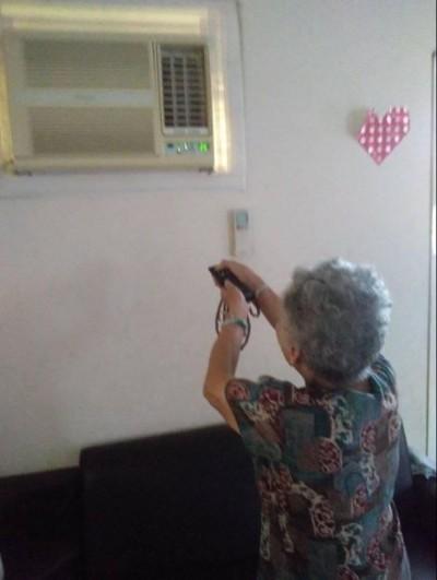 阿嬤拿「遙控器」打不開冷氣 孫女走近一看笑翻