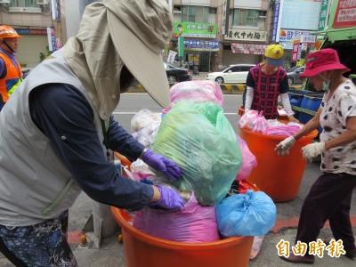資源回收物混雜垃圾丟 台南明天起擴大稽查開罰