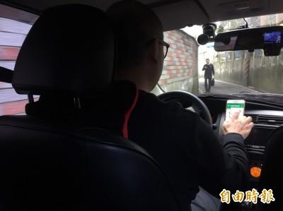 男女後座「咿咿喔喔」 司機轉頭驚見這景象超傻眼…