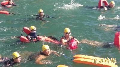 2萬多人泳渡日月潭 多名泳客下水還直播…