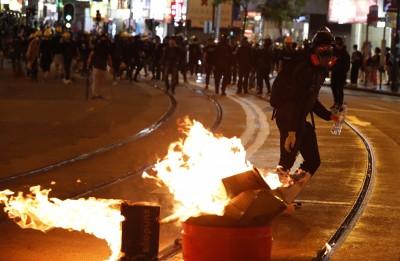 反送中》地鐵發生警民衝突 香港政府:將追究法律責任