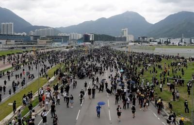 反送中》港警清機場 警再進入地鐵列車執法