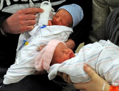 新手爸爸難辨「雙胞胎」 手上偷做記號惹怒妻