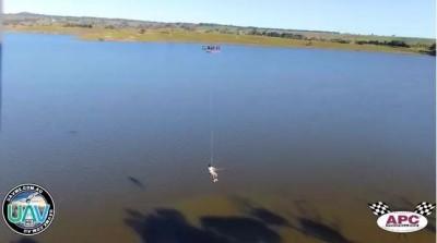無人機吊掛座椅 澳洲釣客突發奇想大玩「飛天釣魚」
