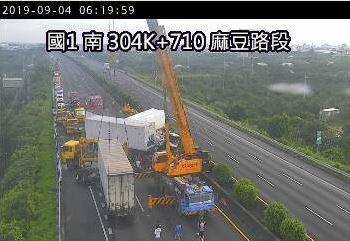 國一304公里貨櫃車撞成一團釀1死1傷 麻豆南下路段封閉