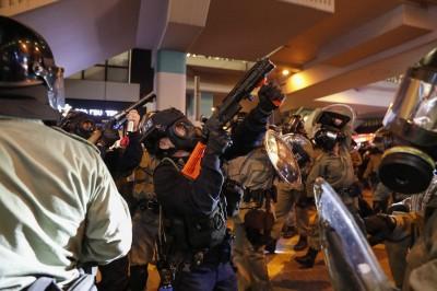 反送中》爭831真相!2000人聚集旺角警署外 警猛射布袋彈驅趕