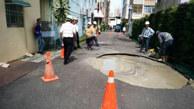 高市道路再現直徑2公尺天坑 鄰近建案勒令停工