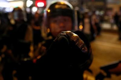 反送中》港警朝記者噴胡椒 邊噴邊嗆「拍拍拍這麼愛拍」
