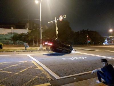 男子疲勞駕駛 自撞分隔島在沙鹿消防分隊前翻車