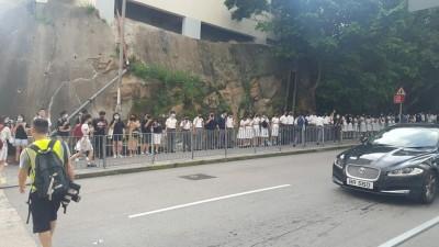 反送中》今天一早 香港中學生再串人鏈:沒有暴徒,只有暴政